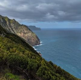 Boca do Risco mit Ausblick auf Berge und Meer